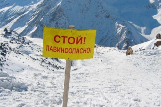 Из пятерых туристов, попавших под лавину, живыми найдены пока двое.