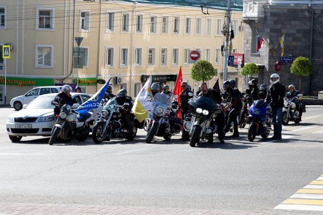 Байкеры возложили цветы к мемориалу в Ставрополе и отправились в мотопробег
