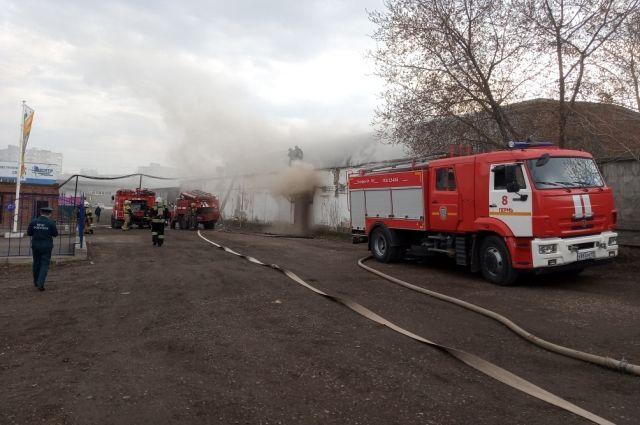 Специалисты устанавливают причину возгорания.