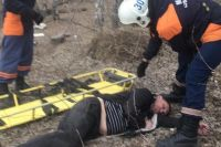 От мужчины сильно пахло спиртным. Он даже не проснулся, когда спасатели погрузили его на носилки, вынесли из ямы и передали бригаде скорой помощи.
