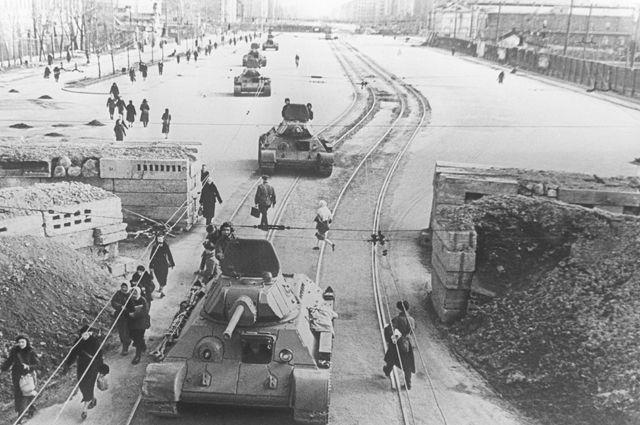 Танки идут на фронт по Международному (ныне Московский) проспекту блокадного Ленинграда.