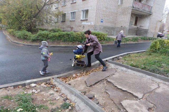Как признают в департаменте, порядка 30% тротуаров требуют ремонта.