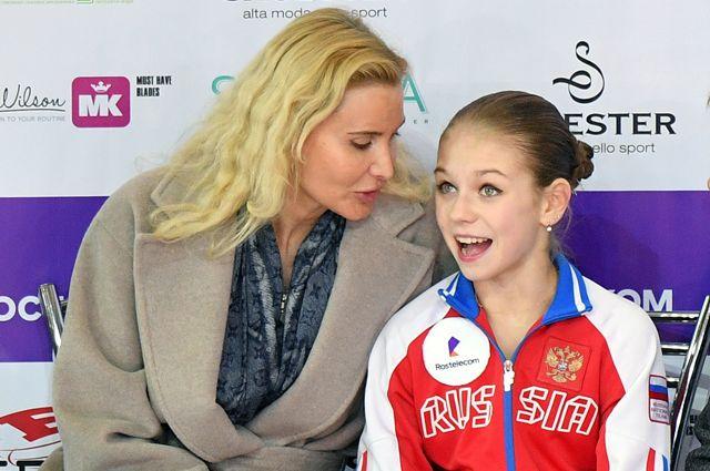 Александра Трусова (справа) и тренер Этери Тутберидзе.