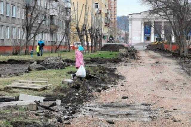 Почему бы подрядчику не проложить временные дорожки в обход грязи?
