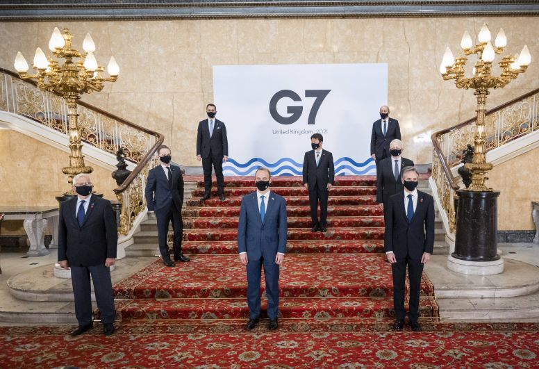 Верховный представитель ЕС по иностранным делам и политике безопасности Жозеп Боррель, министр иностранных дел Великобритании Доминик Рааб, госсекретарь США Энтони Блинкен (слева направо в первом ряду), министры иностранных дел Германии Хайко Маас, Японии Тосимицу Мотэги, Канады Марк Гарно (слева направо во втором ряду), Италии Луиджи Ди Майо и Франции Жан-Ив Ле Дриан (слева направо в третьем ряду) во время встречи глав МИД стран G7