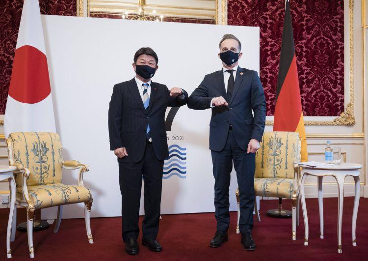 Министры иностранных дел Японии Тосимицу Мотэги и Германии Хайко Маас (слева направо) во время встречи глав МИД стран G7