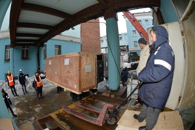 Компьютерный томограф перевозили в специальном контейнере с терморегуляцией.