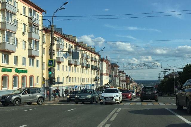 Сильный ветер оборвал обшивку с крыши дома на улице Пушкинской в Ижевске