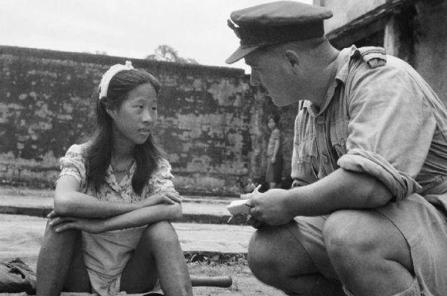 Допрос офицером Королевских ВВС 8 августа 1945 года юной китаянки, которую подвергли сексуальной эксплуатации на «станции утешения» в Рангуне. Фотография британского сержанта Титмусса.