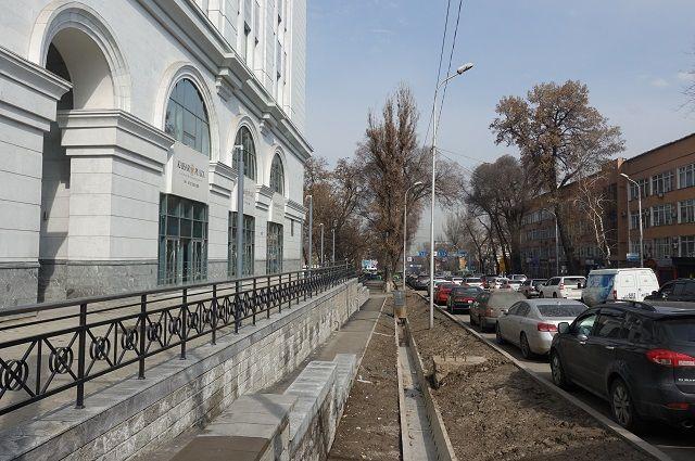 На месте здания Госплана (угол улиц Кабанбай батыра и Желтоксана) теперь бизнес-центр, который сжал тротуар до узкого прохода.