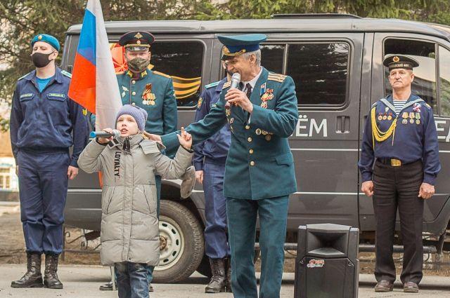 Самая юная участница автопробега Настя Хохлова поёт «Катюшу».