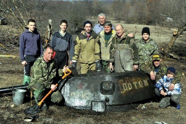 Поисковики, достававшие танк.