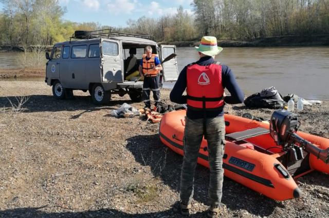 В Сакмарском районе в реке перевернулась резиновая лодка с туристом.