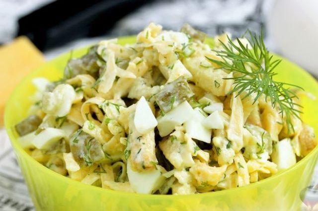 Сырный салат с яйцом, огурцом и сухариками: рецепт легкого салата