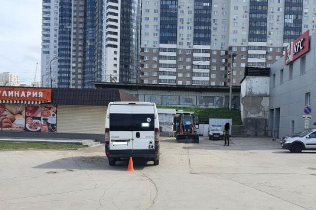 В Самаре на Авроре микроавтобус задним ходом наехал на трёх пешеходов