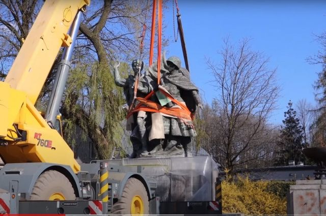 В Польше демонтировали очередной памятник советским воинам, стоявший в центре г. Чеховице-Дзедзице. Если в 1997 г. на территории Польши был 561 мемориал воинам - освободителям, то сейчас осталось 111.