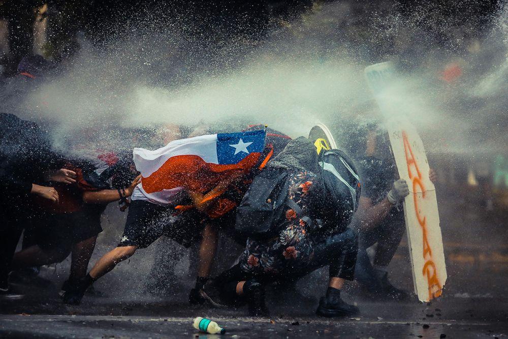 На пятом месте работа чилийского фотографа Хавьера Вергары, посвященная протестам в Сантьяго
