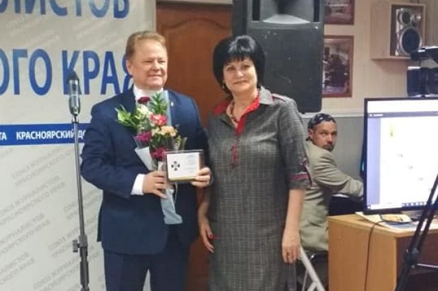 Почетный знак вручил председатель Союза журналистов Красноярского края Дмитрий Голованов.
