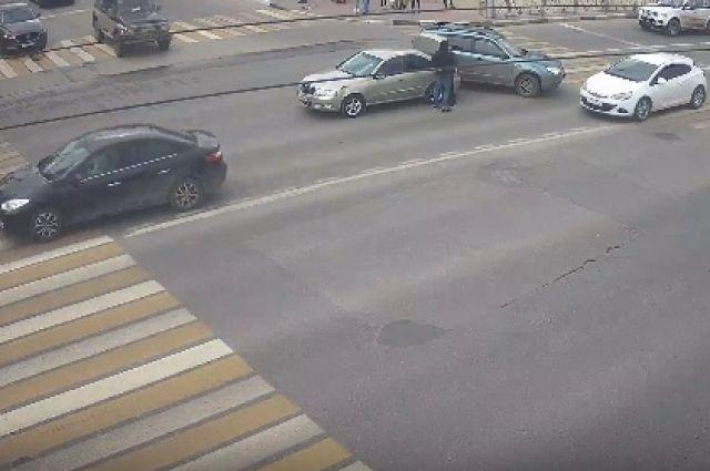 ДТП на площади Победы спровоцировало пробку на Первомайском проспекте