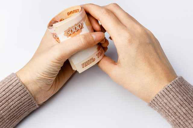 Россияне начали тратить сбережения на фоне падения уровня доходов