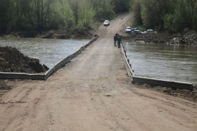 В Оренбуржье движение транспорта приостановлено остается на одном низководном мосту.