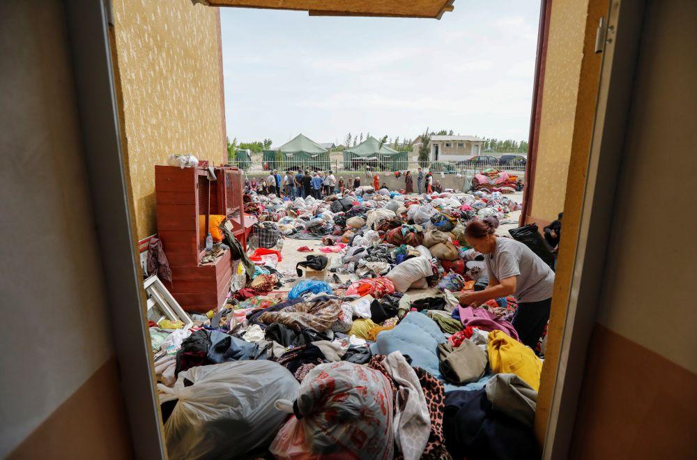 Личные вещи, размещенные возле местной школы в селе Максат Баткенской области