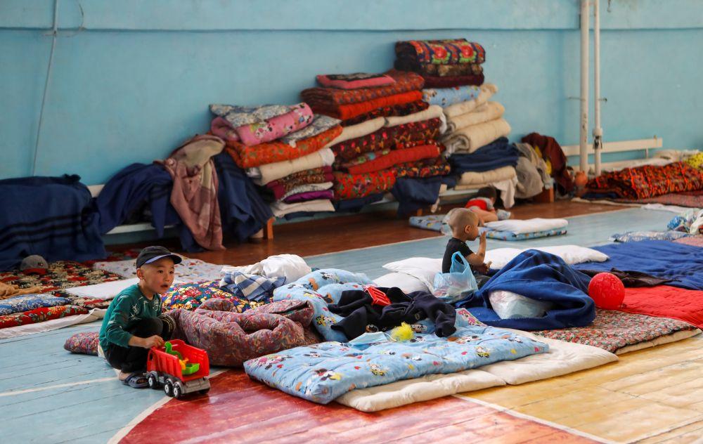 Дети, эвакуированные после недавних столкновений на киргизско-таджикской границе, находятся в школе, которая используется как временное убежище в городе Баткен