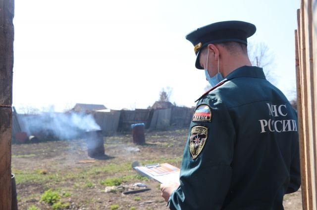 За соблюдением правил кроме сотрудников МЧС России следят сотрудники полиции, лесопожарного центра и добровольцы.
