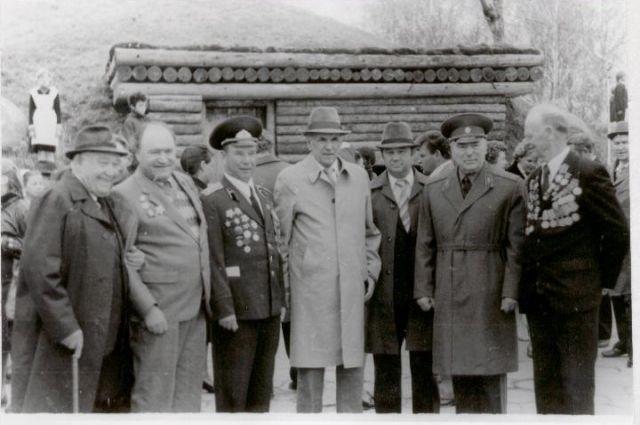Мемориальный комплекс «Безымянная высота» открывали участники событий, а также местный житель Николай Макридов (третий слева), прошедший всю войну.