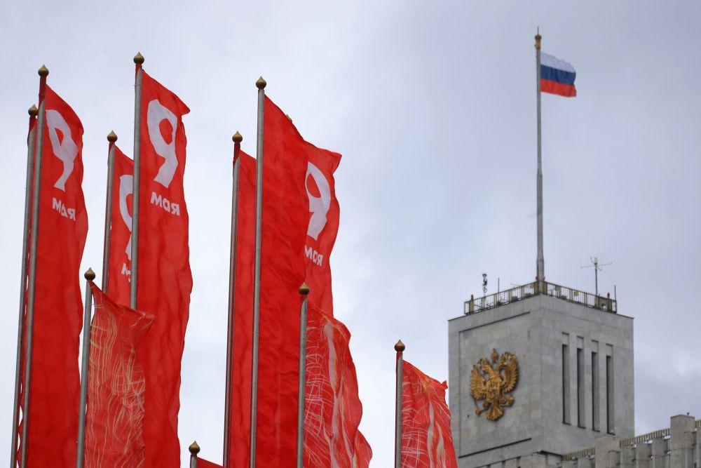 Уличное украшение ко Дню Победы у здания Дома правительства РФ