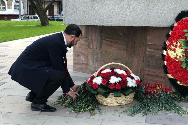 Александр Мажуга возложил цветы к памятнику Маршалу Бирюзову в Щукино