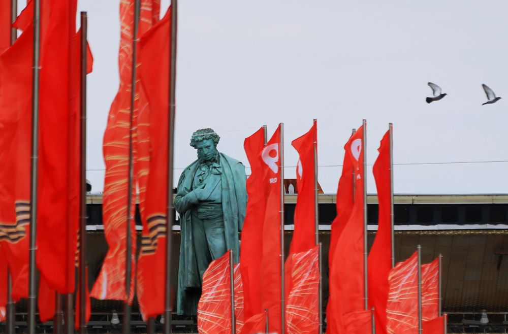 Уличное украшение ко Дню Победы у памятника А.С. Пушкину на Тверском бульваре