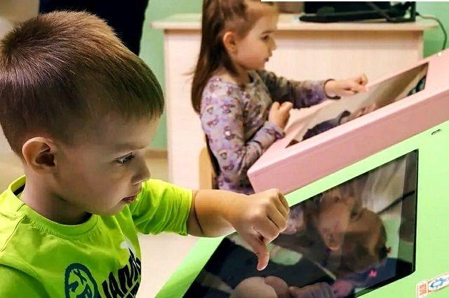 Дети с удовольствием работают за такими партами.