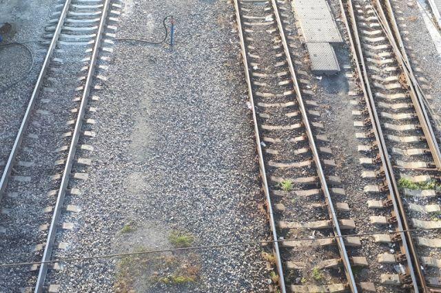 Юноша перебегал железнодорожные пути в неположенном месте.
