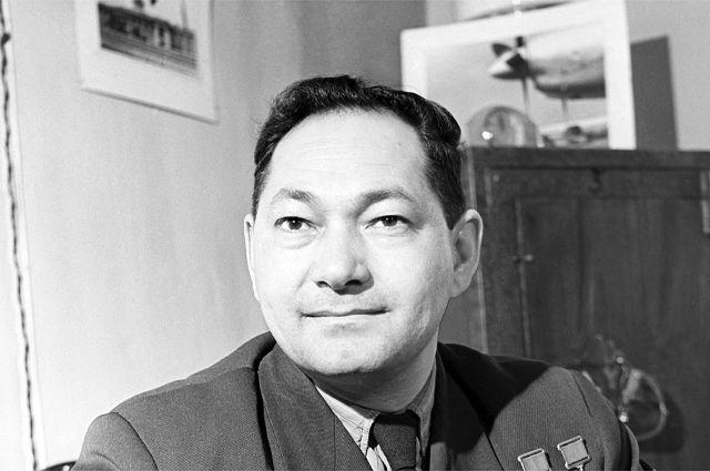 Талгат Бегельдинов, заместитель начальника Казахского территориального управления Гражданского воздушного флота, 1960 г.