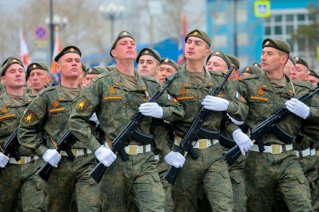 По площади прошествовали военнослужащие мотострелковых, ракетно-зенитных, радиотехнических и других родов войск.