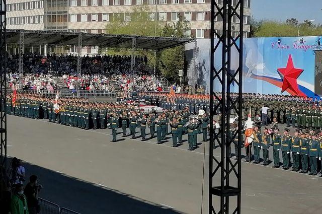 В Оренбурге в шествии принимают участие 1 700 военнослужащих.