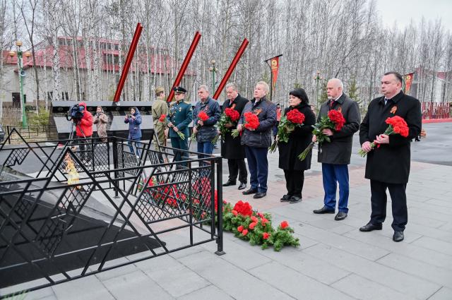 От имени девяти ветеранов, проживающих в муниципалитете, цветы к мемориалу возложили вартовчане