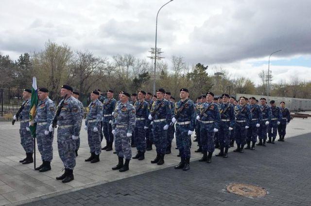 Маршем по ул. Карла Мркса прошли представители воинских частей, краевых организаций, образовательных учреждений, движения «Юнармии» и власти.