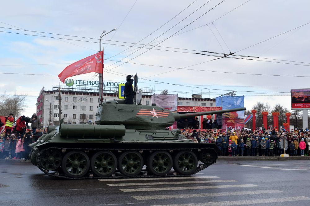 Механизированную колонну возглавил легендарный танк Т-34.