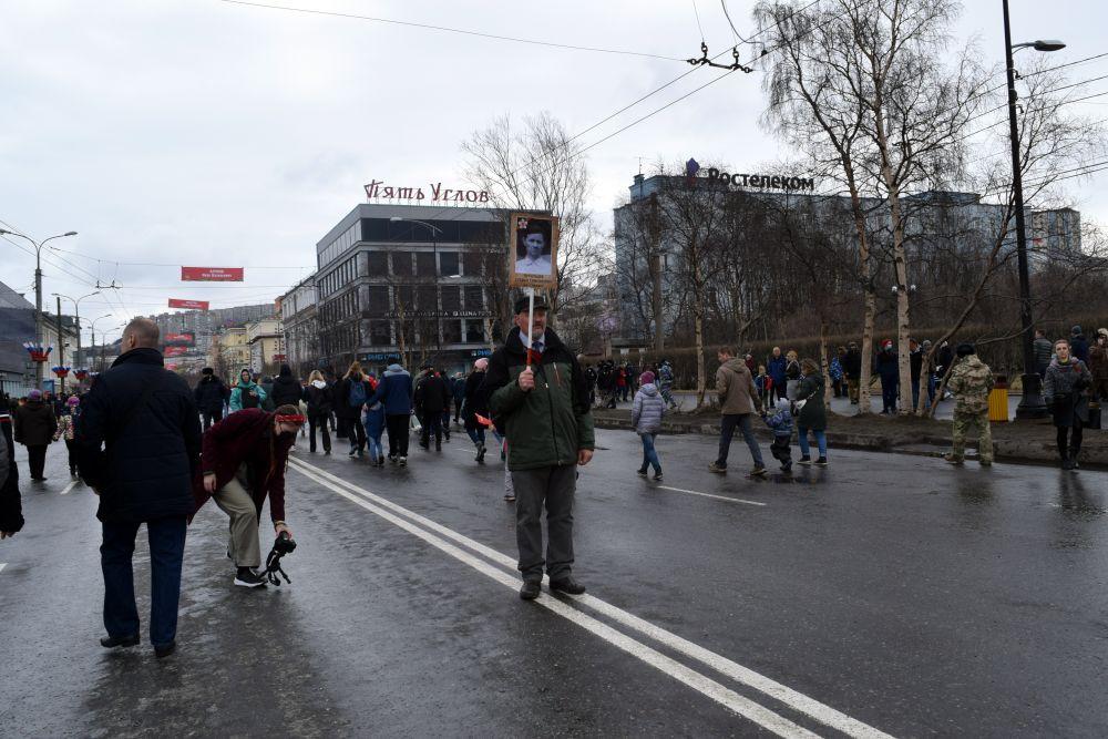 Северяне пришли на парад с табличками, на которых были изображены их родственники. Несмотря на то, что акция «Бессмертный полк» проходит онлайн.