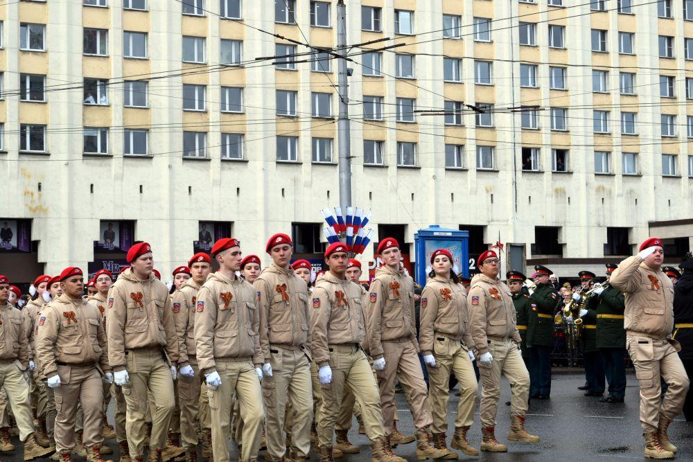 Юнармейцы тоже участвовали в параде.