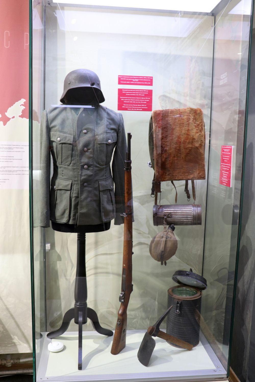 Форма и снаряжение солдата Вермахта в период с 1935 по 1945 год. Немецкий стальной шлем (каска) образца 1935 года. Винтовка системы Маузера образца 1898 года