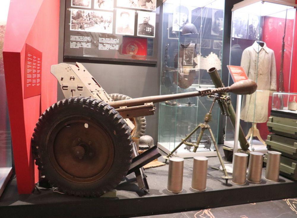 Советский 82 мм миномет. Немецкая 37 мм противотанковая пушка