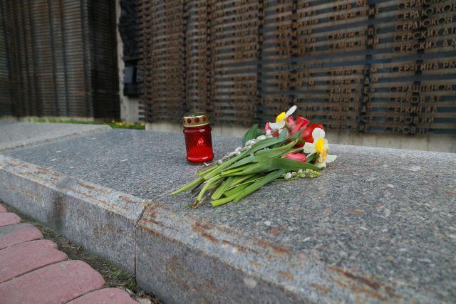 Каждый год 9 мая представители власти, предприятий города и края, а также жители Барнаула приносят к памятнику живые цветы.
