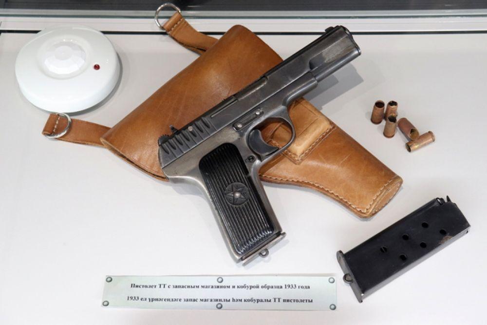 Пистолет ТТ с запасным магазином и кобурой образца 1933 года