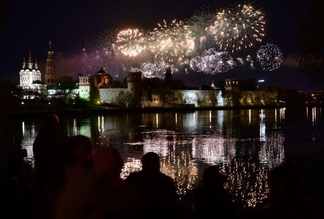 В Москве в честь Дня Победы прошёл праздничный салют из 12 тыс. фейерверков