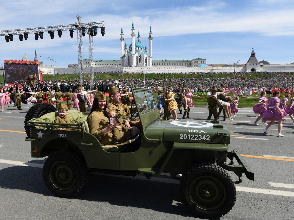 В параде участвовали более двух тысяч военнослужащих, курсантов, кадетов и юнармейцев.