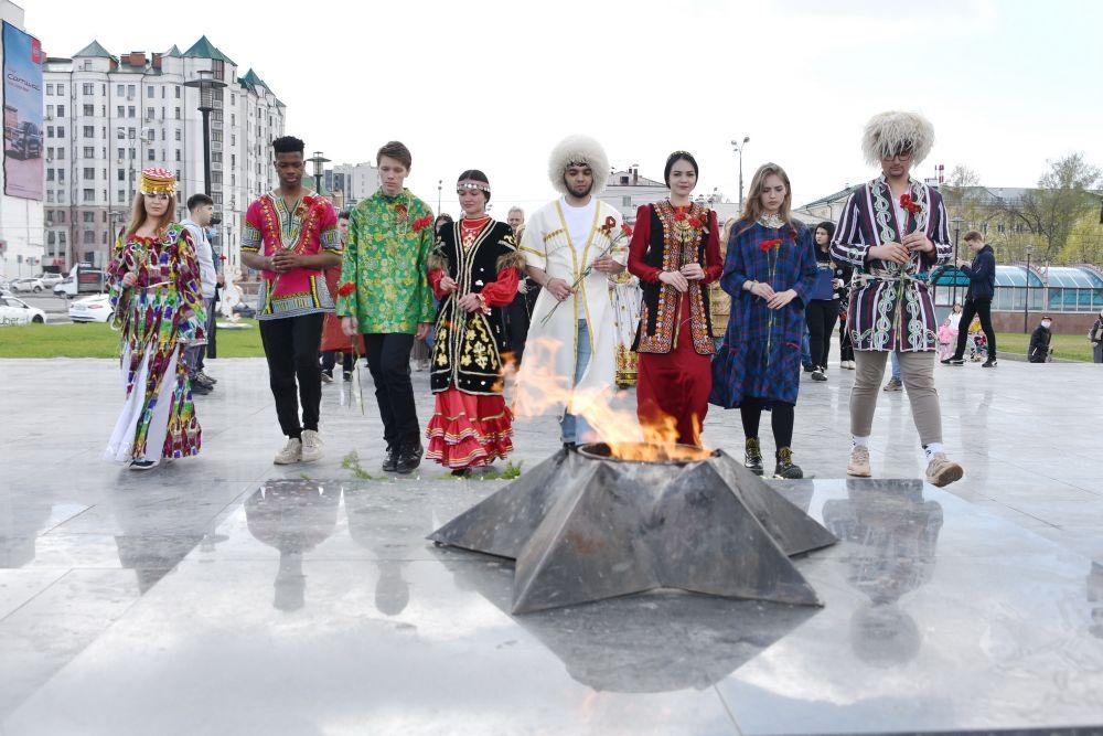 Представители многонациональной молодежи Татарстана в казанском парке имени Горького возложили цветы к Вечному огню и монументу Неизвестному солдату.