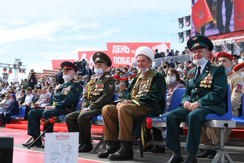 Ветераны на параде в центре в Казани.